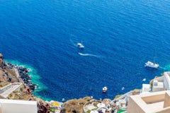 Vista de la ciudad de Fira - isla de Santorini, Creta, Grecia. Escaleras concretas blancas que llevan abajo a la bahía hermosa Fotografía de archivo