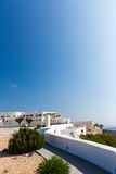 Vista de la ciudad de Fira - isla de Santorini, Creta, Grecia. Escaleras concretas blancas que llevan abajo a la bahía hermosa Imágenes de archivo libres de regalías