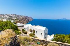 Vista de la ciudad de Fira - isla de Santorini, Creta, Grecia. Escaleras concretas blancas que llevan abajo a la bahía hermosa con Foto de archivo