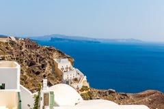 Vista de la ciudad de Fira - isla de Santorini, Creta, Grecia. Escaleras concretas blancas que llevan abajo a la bahía hermosa con Imagenes de archivo