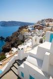 Vista de la ciudad de Fira - isla de Santorini, Creta, Grecia Escaleras concretas blancas que llevan abajo a la bahía hermosa con Foto de archivo