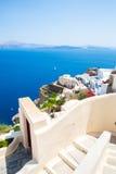 Vista de la ciudad de Fira - isla de Santorini, Creta, Grecia Escaleras concretas blancas que llevan abajo a la bahía hermosa con Foto de archivo libre de regalías