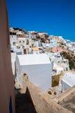 Vista de la ciudad de Fira - isla de Santorini, Creta, Grecia Escaleras concretas blancas que llevan abajo a la bahía hermosa con Fotos de archivo