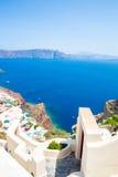 Vista de la ciudad de Fira - isla de Santorini, Creta, Grecia Escaleras concretas blancas que llevan abajo a la bahía hermosa con Imagen de archivo