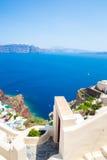 Vista de la ciudad de Fira - isla de Santorini, Creta, Grecia Escaleras concretas blancas que llevan abajo a la bahía hermosa con Fotos de archivo libres de regalías