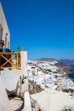 Vista de la ciudad de Fira - isla de Santorini, Creta, Grecia Escaleras concretas blancas que llevan abajo a la bahía hermosa con Imágenes de archivo libres de regalías