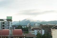 Vista de la ciudad de Hat Yai con la cubierta de la niebla la montaña en el fondo Imagenes de archivo