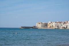 Vista de la ciudad de la playa de Cefalu en Sicilia Imagenes de archivo