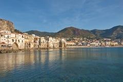 Vista de la ciudad de la playa de Cefalu en Sicilia, Italia Imagen de archivo libre de regalías