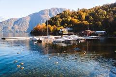 Vista de la ciudad de Lenno Bahía del yate en el lago y las montañas Lago Como Foto de archivo libre de regalías