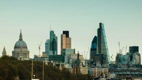 Vista de la ciudad de Londres, coches que pasan en primero plano