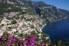 Vista de la ciudad de Positano con las flores Fotos de archivo