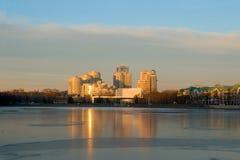Vista de la ciudad de Yekaterinburg del terraplén del embarcadero del muelle. Fotos de archivo