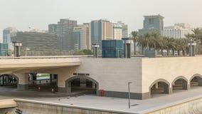 Vista de la ciudad de Doha delante del museo del timelapse islámico en la capital de Qatari, Doha de la tarde del arte almacen de metraje de vídeo