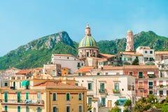 Vista de la ciudad europea vieja con la iglesia y las montañas Fotografía de archivo