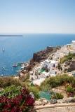 Vista de la ciudad de Fira - isla de Santorini, Creta, Grecia Escaleras concretas blancas que llevan abajo a la bahía hermosa con Imagenes de archivo