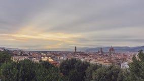Vista de la ciudad de Florencia, Italia bajo puesta del sol, vista del pi foto de archivo
