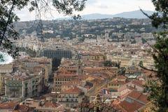 Vista de la ciudad francesa de Niza de la plataforma de observaci?n de la fortaleza Montañas, cielo y tejados imagenes de archivo