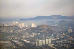 Vista de la ciudad grande en las montañas con diversos edificios fotografía de archivo libre de regalías