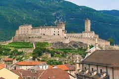 Vista de la ciudad hermosa de Bellinzona en Suiza con el castillo de Castelgrande de Montebello Imagenes de archivo