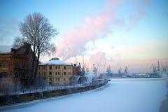 Vista de la ciudad industrial de St Petersburg del terraplén Invierno Foto de archivo libre de regalías
