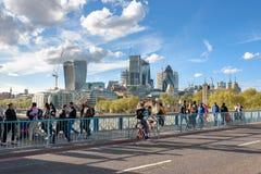 Vista de la ciudad de Londres del puente de la torre Foto de archivo