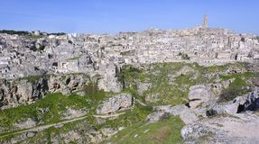 Vista de la ciudad de Matera y de la piedra de las alturas puestas en frente Fotos de archivo