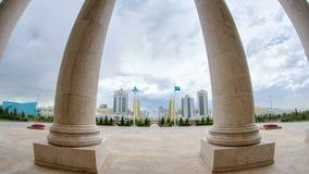 Vista de la ciudad moderna de Astaná con el hyperlapse del timelapse del baiterek y de las torres almacen de video