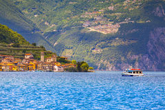 Vista de la ciudad Peschiera Maraglio, un día soleado brillante Foto de archivo