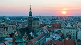 Vista de la ciudad polaca famosa Wroclaw Capital europea de la cultura Ayuntamiento de centro, plaza del mercado, torre del cielo almacen de video