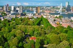 Vista de la ciudad de Rotterdam y del puente de Erasmus imagen de archivo libre de regalías