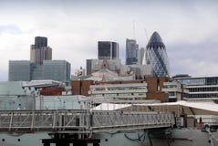 Vista de la ciudad a través de los buques de guerra Belfast Imágenes de archivo libres de regalías