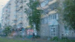 Vista de la ciudad de la ventanilla del coche a través de la lluvia blur almacen de metraje de vídeo
