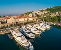 Vista de la ciudad vieja Budva y del puerto deportivo del top, Montenegro Aeri Fotos de archivo