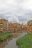 Vista de la ciudad vieja con las casas coloridas en el banco del río Onyar Fotos de archivo
