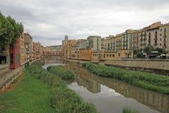 Vista de la ciudad vieja con las casas coloridas en el banco del río Onyar Fotografía de archivo libre de regalías