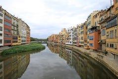 Vista de la ciudad vieja con las casas coloridas en el banco del río Onyar Girona, España Fotografía de archivo