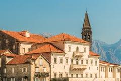 Vista de la ciudad vieja de Perast con el campanario de la iglesia de San Nicolás Bahía de Kotor, Montenegro Imagen de archivo