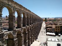 Vista de la ciudad vieja de Segovia, de las escaleras del acueducto imagen de archivo