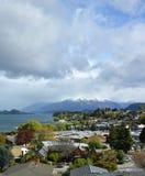 Vista de la ciudad de Wanaka, del lago y de las montañas, Otago Nueva Zelanda fotos de archivo