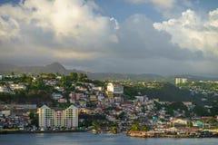 Vista de la ciudad y de la costa del FORT-DE-FRANCE, MARTINICA imagen de archivo libre de regalías