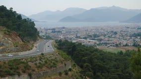 Vista de la ciudad y del camino con los coches en el d3ia de la plataforma de observación almacen de video