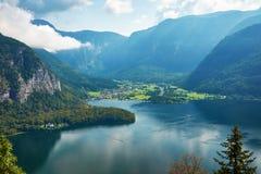 Vista de la ciudad y del lago Hallstatt en montañas el mountai de Austria, imagen de archivo