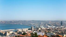 vista de la ciudad y del puerto de Marsella debajo del cielo azul foto de archivo