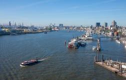 Vista de la ciudad y del puerto de Elbphilarminie foto de archivo