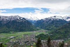 Vista de la ciudad y de las montañas de Interlaken de HarderKulm poi escénico Imagen de archivo