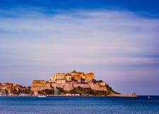 Vista de la ciudadela con las casas en la bahía de Calvi, isla de Córcega, Francia imagen de archivo libre de regalías