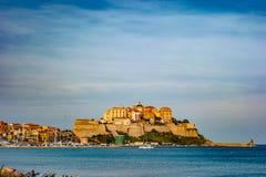 Vista de la ciudadela con las casas en la bahía de Calvi, isla de Córcega, Francia foto de archivo