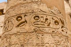 Vista de la columna con jeroglíficos antiguos en el templo de Karnak en Luxor, Egipto imagenes de archivo