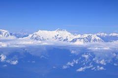 Vista de la cordillera de Himalaya del avión de aire imagenes de archivo